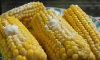 варёная кукуруза с маслом и сметаной